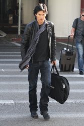 Ian Somerhalder - At LAX Airport (2012.01.10) NQjsAOgk
