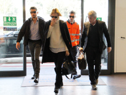 Sean Penn - Sean Penn and Charlize Theron - depart from Rome after a Valentine's Day weekend - February 15, 2015 (37xHQ) UhryXa9X