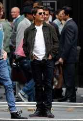 Tom Cruise - on the set of 'Oblivion' outside at the Empire State Building - June 12, 2012 - 376xHQ VniJOs2H