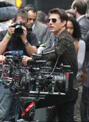 Tom Cruise - on the set of 'Oblivion' outside at the Empire State Building - June 12, 2012 - 376xHQ Gehhfot5