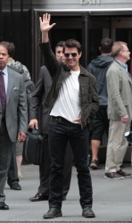 Tom Cruise - on the set of 'Oblivion' outside at the Empire State Building - June 12, 2012 - 376xHQ VDYYyIse