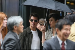 Tom Cruise - on the set of 'Oblivion' outside at the Empire State Building - June 12, 2012 - 376xHQ UG7s4YZK