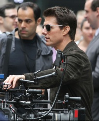 Tom Cruise - on the set of 'Oblivion' outside at the Empire State Building - June 12, 2012 - 376xHQ NwVbLJsj