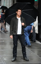 Tom Cruise - on the set of 'Oblivion' outside at the Empire State Building - June 12, 2012 - 376xHQ ItCcVOT1