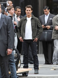 Tom Cruise - on the set of 'Oblivion' outside at the Empire State Building - June 12, 2012 - 376xHQ MwUoERys