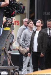 Tom Cruise - on the set of 'Oblivion' outside at the Empire State Building - June 12, 2012 - 376xHQ CIoYoAxh