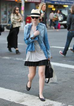 Dakota Fanning / Michael Sheen - Imagenes/Videos de Paparazzi / Estudio/ Eventos etc. - Página 5 AakleIBo