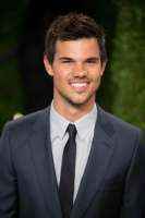 Taylor Lautner - Imagenes/Videos de Paparazzi / Estudio/ Eventos etc. - Página 38 Acy3zZ5d