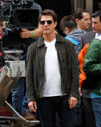 Tom Cruise - on the set of 'Oblivion' outside at the Empire State Building - June 12, 2012 - 376xHQ NpkmtMY8