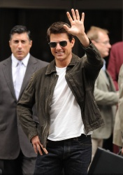 Tom Cruise - on the set of 'Oblivion' outside at the Empire State Building - June 12, 2012 - 376xHQ FQVsP6oC