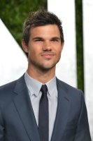 Taylor Lautner - Imagenes/Videos de Paparazzi / Estudio/ Eventos etc. - Página 38 AdfWMHqd