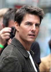 Tom Cruise - on the set of 'Oblivion' outside at the Empire State Building - June 12, 2012 - 376xHQ RRTRfjz6