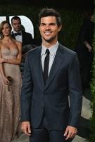 Taylor Lautner - Imagenes/Videos de Paparazzi / Estudio/ Eventos etc. - Página 38 AbkHwohX