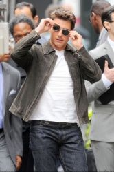 Tom Cruise - on the set of 'Oblivion' outside at the Empire State Building - June 12, 2012 - 376xHQ LufmDu1I