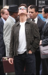 Tom Cruise - on the set of 'Oblivion' outside at the Empire State Building - June 12, 2012 - 376xHQ OmYsIWJg
