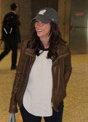 jennifer love hewitt at dulles international airport in