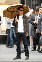 Tom Cruise - on the set of 'Oblivion' outside at the Empire State Building - June 12, 2012 - 376xHQ MLk6amfY