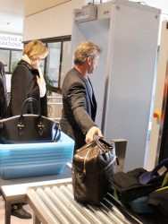 Sean Penn - Sean Penn and Charlize Theron - depart from Rome after a Valentine's Day weekend - February 15, 2015 (37xHQ) OUUS3jK3