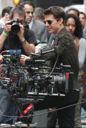 Tom Cruise - on the set of 'Oblivion' outside at the Empire State Building - June 12, 2012 - 376xHQ HWuFTuMn
