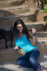 Дениз Милани, фото 4944. Denise Milani Playing with the Puppy (Low Quality), foto 4944