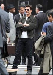 Tom Cruise - on the set of 'Oblivion' outside at the Empire State Building - June 12, 2012 - 376xHQ 9MQTrR22