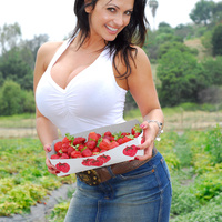 Дениз Милани, фото 4248. Denise Milani Plucking Strawberry., foto 4248