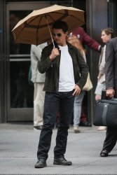 Tom Cruise - on the set of 'Oblivion' outside at the Empire State Building - June 12, 2012 - 376xHQ V2WhHjeA