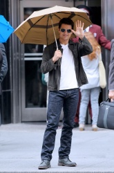 Tom Cruise - on the set of 'Oblivion' outside at the Empire State Building - June 12, 2012 - 376xHQ 0t4roVie