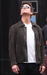 Tom Cruise - on the set of 'Oblivion' outside at the Empire State Building - June 12, 2012 - 376xHQ IU3XfvIy