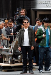 Tom Cruise - on the set of 'Oblivion' outside at the Empire State Building - June 12, 2012 - 376xHQ I5hYEVZh