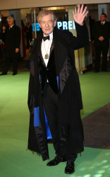 Ian McKellen - Royal Film Performance of 'The Hobbit An Unexpected Journey' at Odeon Leicester Square in London - December 12, 2012 - 5xHQ Hijuu9qm