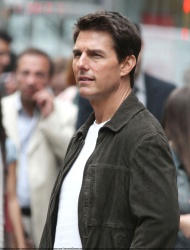 Tom Cruise - on the set of 'Oblivion' outside at the Empire State Building - June 12, 2012 - 376xHQ G8LAAb3W