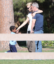 Sean Penn - Sean Penn and Charlize Theron - enjoy a day the park in Studio City, California with Charlize's son Jackson on February 8, 2015 (28xHQ) T8aSZK8i