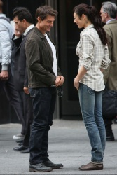Tom Cruise - on the set of 'Oblivion' outside at the Empire State Building - June 12, 2012 - 376xHQ CrPkMo3X