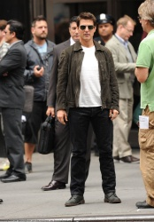 Tom Cruise - on the set of 'Oblivion' outside at the Empire State Building - June 12, 2012 - 376xHQ JCBJFy29