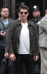 Tom Cruise - on the set of 'Oblivion' outside at the Empire State Building - June 12, 2012 - 376xHQ T3O40DUX