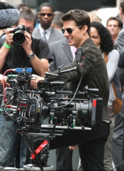 Tom Cruise - on the set of 'Oblivion' outside at the Empire State Building - June 12, 2012 - 376xHQ 4lVIcfUz