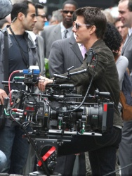 Tom Cruise - on the set of 'Oblivion' outside at the Empire State Building - June 12, 2012 - 376xHQ 1ws09XIN