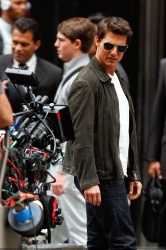 Tom Cruise - on the set of 'Oblivion' outside at the Empire State Building - June 12, 2012 - 376xHQ Jb1Ewq2f