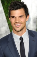 Taylor Lautner - Imagenes/Videos de Paparazzi / Estudio/ Eventos etc. - Página 38 AbhR41X1