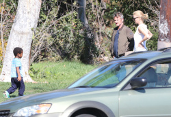 Sean Penn - Sean Penn and Charlize Theron - enjoy a day the park in Studio City, California with Charlize's son Jackson on February 8, 2015 (28xHQ) H9JYBfHd