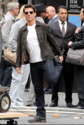 Tom Cruise - on the set of 'Oblivion' outside at the Empire State Building - June 12, 2012 - 376xHQ XrljKLrv