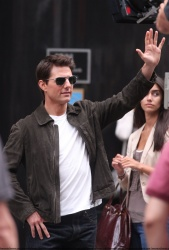 Tom Cruise - on the set of 'Oblivion' outside at the Empire State Building - June 12, 2012 - 376xHQ PEezLb4I