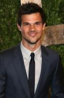 Taylor Lautner - Imagenes/Videos de Paparazzi / Estudio/ Eventos etc. - Página 38 AdyvaZRC