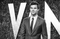Taylor Lautner - Imagenes/Videos de Paparazzi / Estudio/ Eventos etc. - Página 38 AdcnVqhO