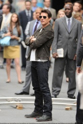 Tom Cruise - on the set of 'Oblivion' outside at the Empire State Building - June 12, 2012 - 376xHQ I56cPazH