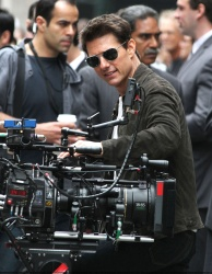 Tom Cruise - on the set of 'Oblivion' outside at the Empire State Building - June 12, 2012 - 376xHQ BpvYUcj1