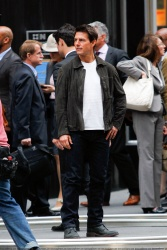 Tom Cruise - on the set of 'Oblivion' outside at the Empire State Building - June 12, 2012 - 376xHQ M4qDoVCG