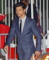 Taylor Lautner - Imagenes/Videos de Paparazzi / Estudio/ Eventos etc. - Página 38 AddowvWQ