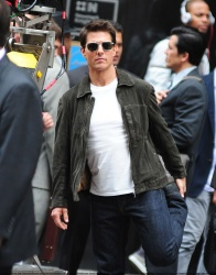 Tom Cruise - on the set of 'Oblivion' outside at the Empire State Building - June 12, 2012 - 376xHQ SgT88qu5